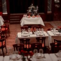 Repas ou plaisir et malheurs autour d'une table
